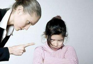 строгая мама и дочка