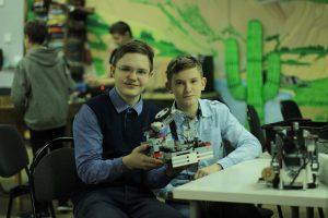 школьники со своим роботом