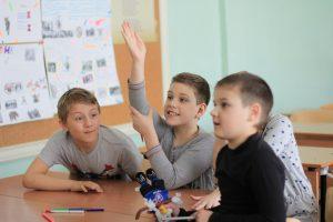 тренинг, дети тянут руки