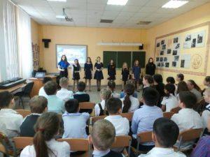 дети смотрят выступление