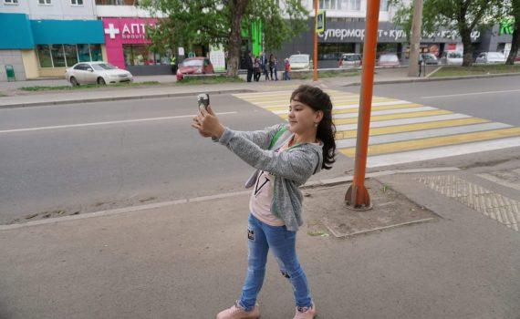 девочка и пешеходный переход