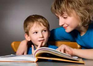 мама и ребенок читают